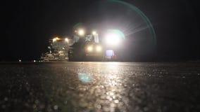 Ролики дороги выравнивая свежую мостоваую асфальта к ноча сток-видео