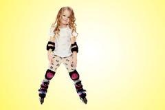 Ролик-коньки маленькой девочки стоковая фотография rf