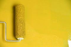 Ролик краски на белой стене Стоковые Фото