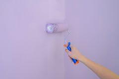 Ролик крася конец-вверх стены Стоковые Фото