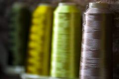 Ролик ткани хлопко-бумажной ткани волокна на пряже веревочек катушкы и света Стоковое Изображение RF