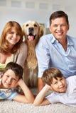 Родители, дети и любимчик стоковое изображение