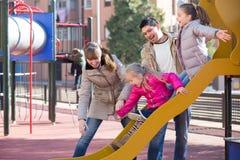 Родители играя с маленькими дочерьми Стоковые Изображения RF