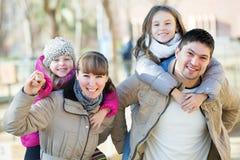 Родители играя с маленькими дочерьми Стоковые Фото