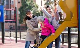 Родители играя с маленькими дочерьми Стоковое Изображение
