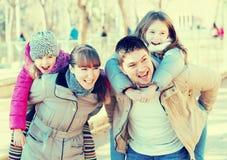 Родители играя с маленькими дочерьми Стоковое Фото