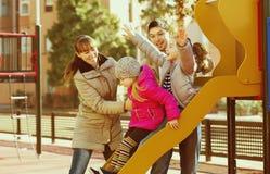 Родители играя с маленькими дочерьми Стоковая Фотография