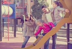 Родители играя с маленькими дочерьми Стоковое Изображение RF