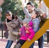 Родители играя с маленькими дочерьми Стоковое фото RF