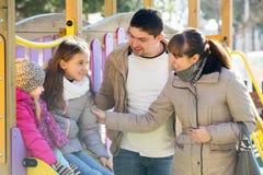 Родители играя с маленькими дочерьми Стоковые Фотографии RF