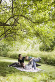 Родители играя с toodler на одеяле Стоковое фото RF