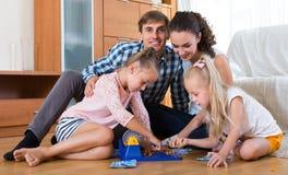 Родители играя lotto с детьми Стоковые Изображения