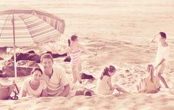 Родители и дети играть на пляже Стоковое Фото