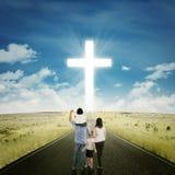 Родители и дети на дороге с крестом стоковые фото