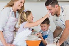 Родители и дети печь печенья Стоковые Фотографии RF