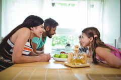 Родители и дети смотря лицом к лицу и усмехаться Стоковые Фото