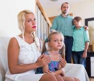 Родители и 2 дет в конфликте дома Стоковое Изображение