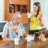 Родители и 2 дет имея обед Стоковая Фотография RF