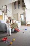 Родители и сын играя с игрушкой Стоковое фото RF