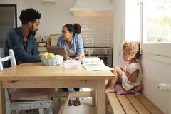 Родители несчастной девушки наблюдая споря в кухне Стоковое фото RF