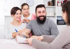 Родители подписывая бумаги свойства Стоковые Изображения RF