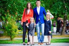 Родители приносят theiir маленьких милых дочерей к школе Прелестные маленькие девочки чувствуя очень excited о идти назад к Стоковое Изображение RF