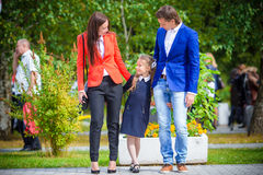 Родители приносят theiir маленькую милую дочь к школе Прелестная маленькая девочка чувствуя очень excited о идти назад к Стоковое Фото