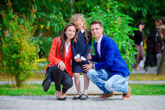 Родители приносят theiir маленькую милую дочь к школе Прелестная маленькая девочка чувствуя очень excited о идти назад к Стоковая Фотография