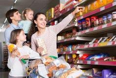 Родители при дети выбирая печенья Стоковые Фото