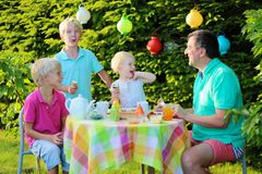 Родители при дети имея обед outdoors Стоковое Изображение