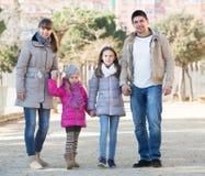 Родители при дети идя в улицу Стоковое Изображение