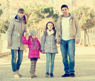 Родители при дети идя в улицу Стоковые Изображения
