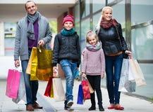 Родители при дети ходя по магазинам в городе Стоковые Изображения