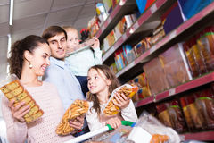 Родители при 2 дет выбирая печенья в магазине Стоковое фото RF