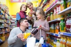 Родители при 2 дет выбирая соду Стоковое Изображение RF