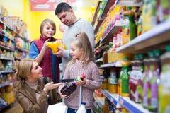 Родители при 2 дет выбирая соду Стоковая Фотография RF
