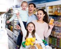 Родители при 2 дет покупая югурт плодоовощ Стоковые Фотографии RF