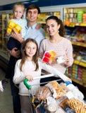 Родители при 2 дет покупая югурт плодоовощ Стоковая Фотография RF