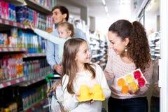 Родители при 2 дет покупая югурт плодоовощ Стоковое Изображение
