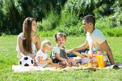 Родители при дочери имея пикник стоковая фотография