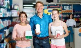 Родители при подросток дочери держа коробки продукта Стоковое Фото