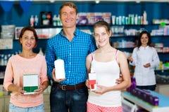 Родители при подросток дочери держа коробки продукта Стоковое Изображение RF