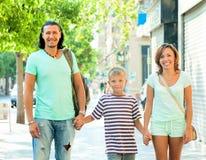 Родители при ребенок идя в улицу Стоковое фото RF
