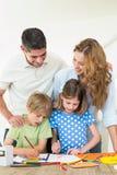 Родители смотря красить детей Стоковая Фотография RF