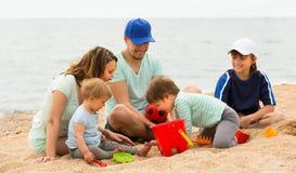 Родители с детьми на взморье Стоковое Изображение