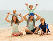 Родители с детьми на взморье Стоковые Фото