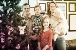 Родители с детьми украшают рождественскую елку Стоковое Фото