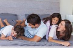 Родители щекоча их детей стоковая фотография rf