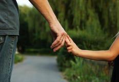 Родитель держит руку малого ребенка Стоковые Изображения RF