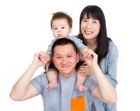 Родитель имея потеху автожелезнодорожных перевозок стоковая фотография